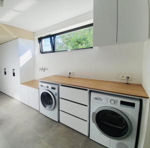 Praktische wasplaats met werkblad in kerselaar