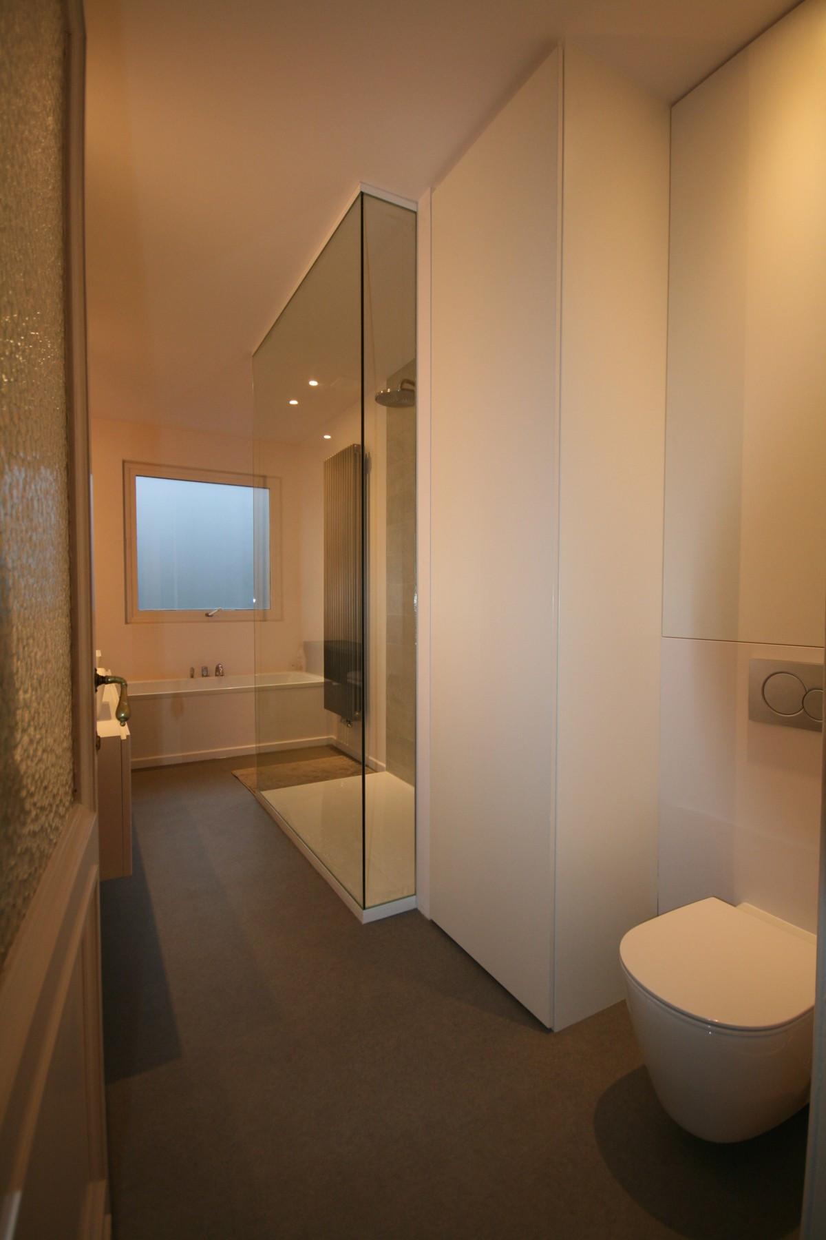 badkamermeubels kast boven toilet kast naast doche met wasmachine smal 2