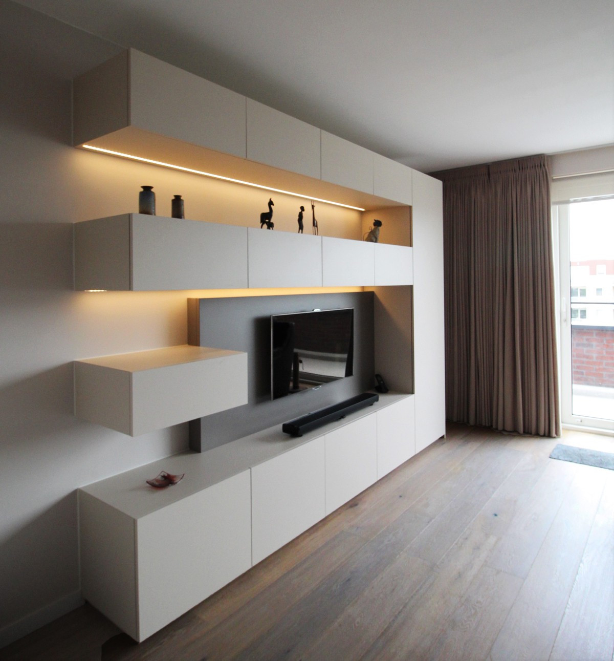 Tv meubel met sfeerverlichting kast id kasten for Wand woonkamer