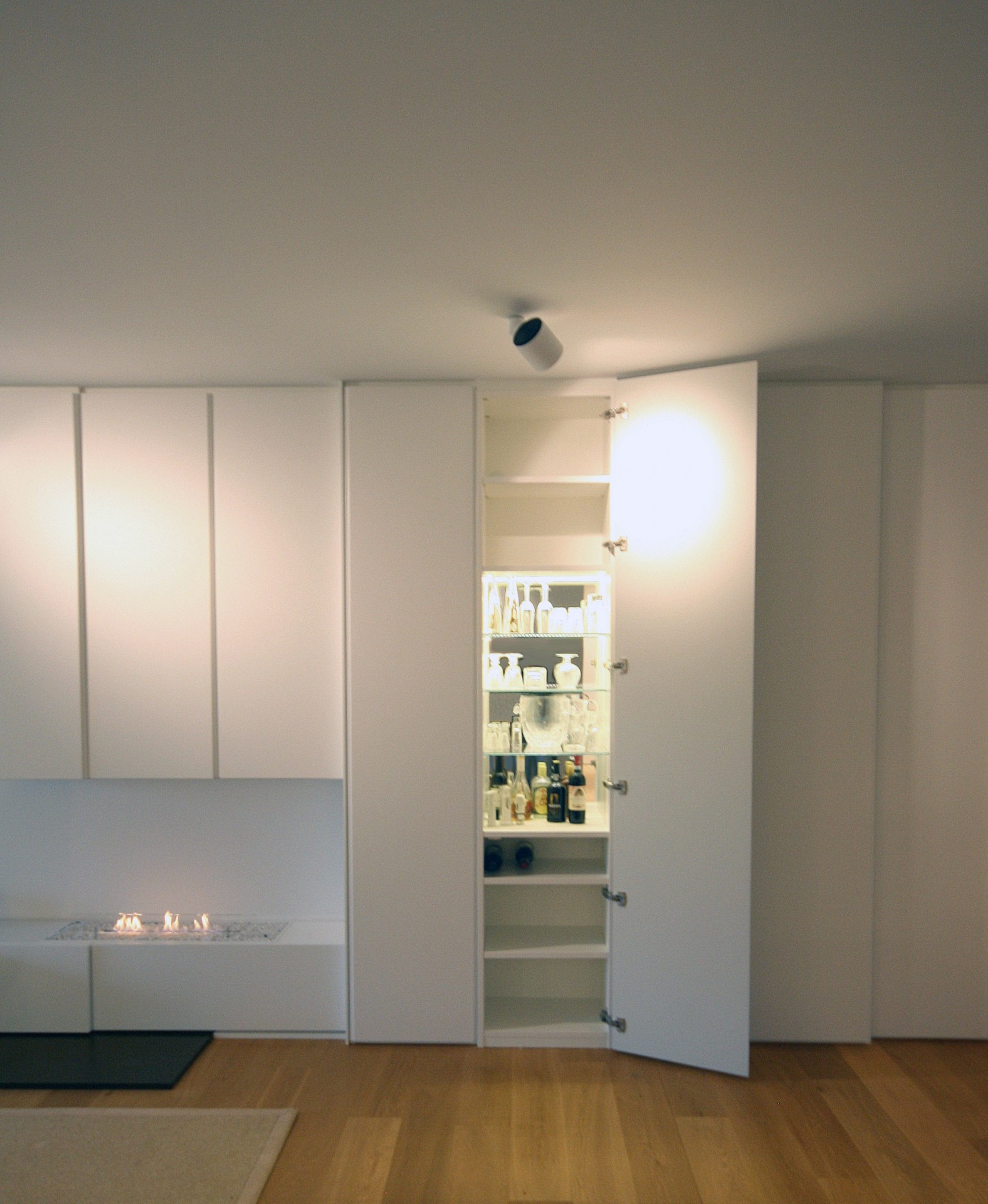 Kastenwand Keuken Inbouwen : In een lange kastenwand zit onder andere deze barkast verstopt