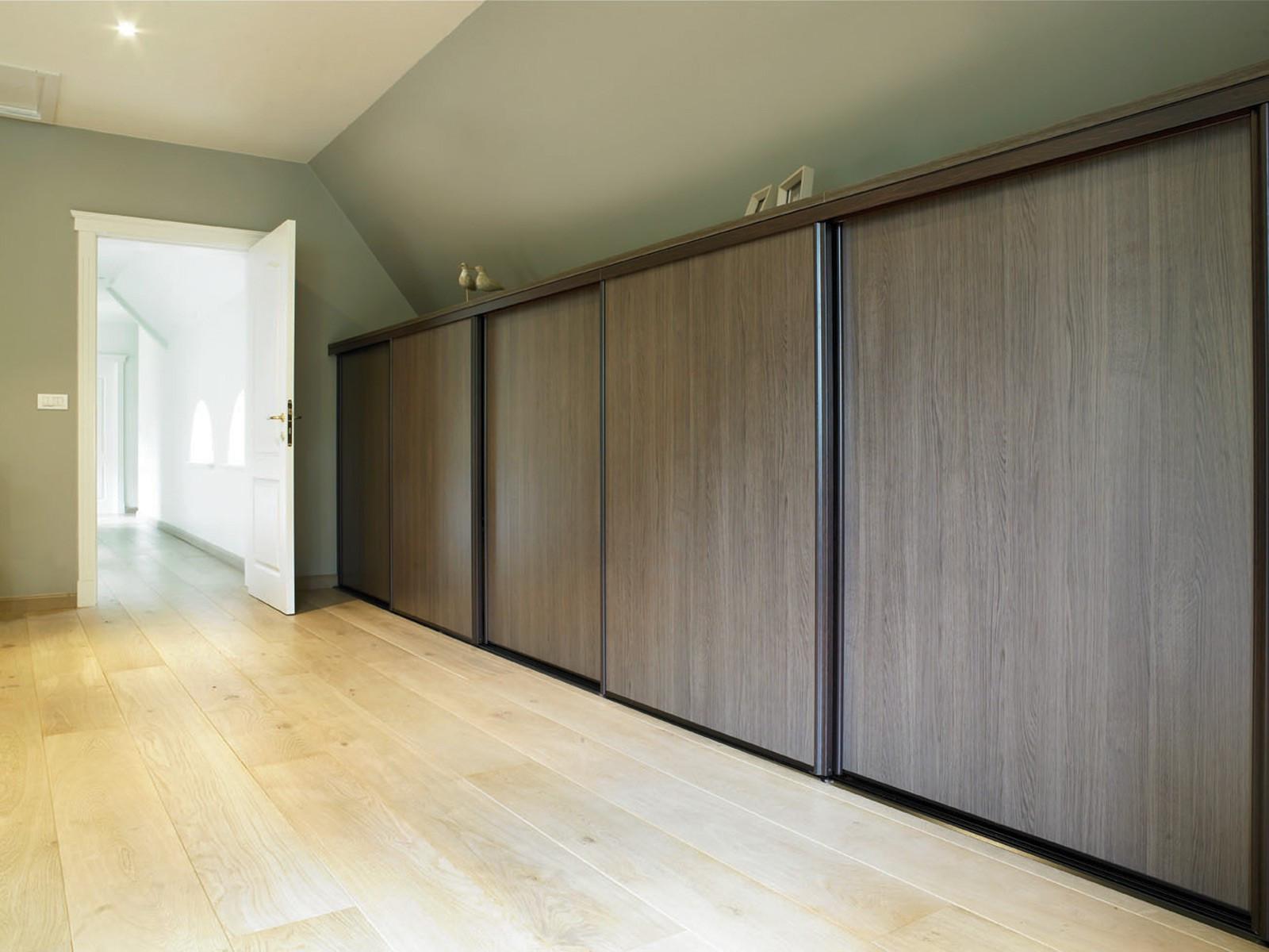 Maatkast in slaapkamer met schuifdeuren in houtstructuur › Kast-ID ...