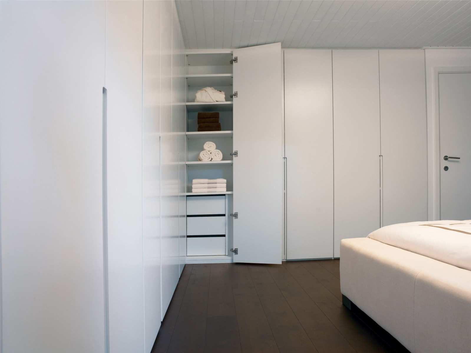 Maatkast in slaapkamer met ingefreesde handgrepen.jpg