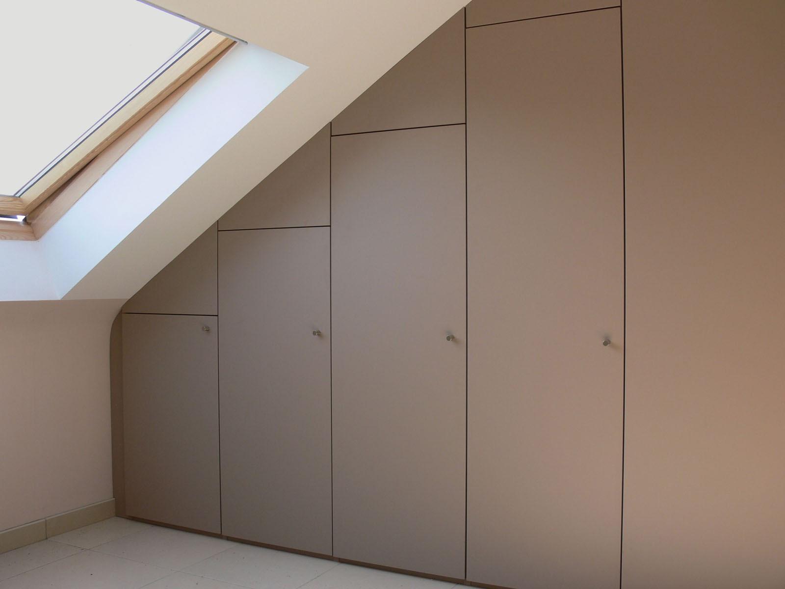 Armoire Sous Pente Sur Mesure armoire sur mesure à portes pivotantes sous un toit en pente