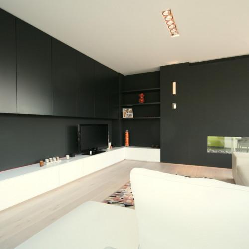 In deze woonkamer zorgden we ervoor dat de kleur van de hangkasten ...