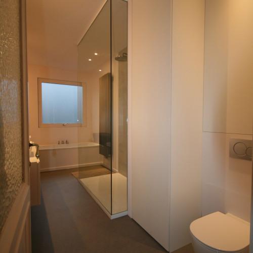 Kast boven toilet badmeubels wastafels en waskommen impressies bij agz - Badkamer organisatie ...
